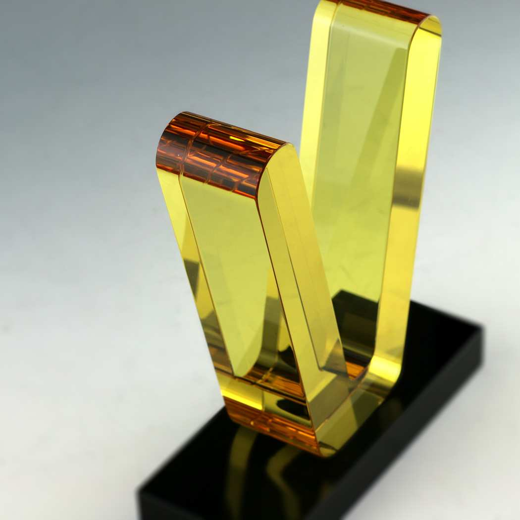 kristallglas-formschnitt-gelbes-kristallglas
